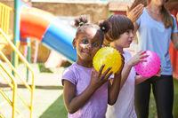 Kinder beim Ball spielen im Sportunterricht