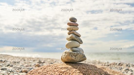 Gestapelte Steine in Balance als Buddhismus Konzept