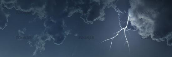 Blitz bei Unwetter mit Wolken am Himmel als Header