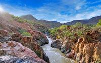 Landschaft am Kunene Fluss nahe der Epupa Falls, Namibia