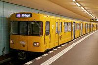 U-Bahn nach Alt-Tegel im Bahnhof Friedrichstraße