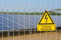 Warnschild Hochspannung vor Solaranlage