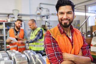 Junger Mann als Arbeiter im Warenlager der Fabrik