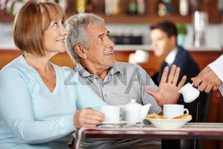 Mann lehnt Kaffee im Café ab