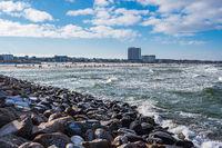 Blick von der Mole über die Ostseeküste auf Warnemünde