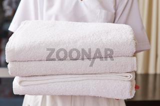 Zimmermädchen im Hotel mit Handtüchern