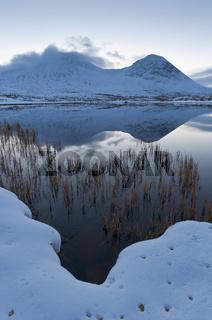 Berggipfel spiegeln sich in einem See im Tal Doeralen, Rondane Nationalpark, Oppland, Norwegen