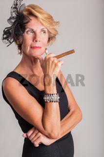 Elegante Frau mit einer Zigarre