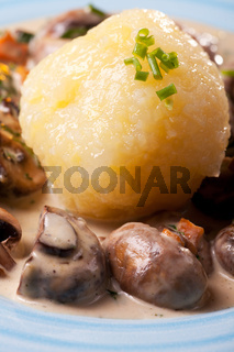 bayerische Pilzsauce mit Kartoffelknödel