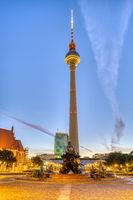 Der berühmte Berliner Fernsehturm vor Sonnenaufgang