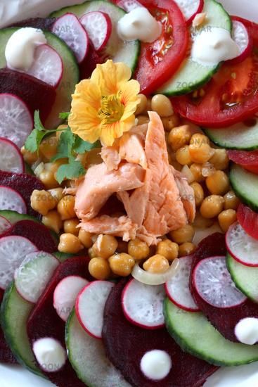 Räucherfisch mit Kichererbsen und Salat
