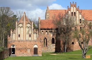 Südfassade mit Stufengiebeln und Spitzbögen von Kloster Chorin im Land Brandenburg