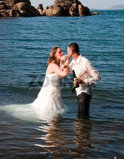 Brautpaar im Meer