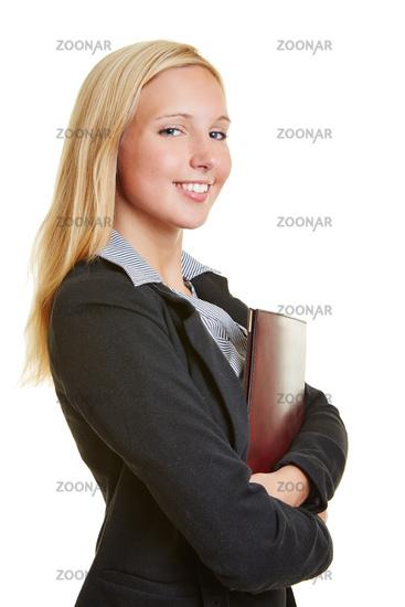 Lächelnde junge Geschäftsfrau mit Bewerbungsmappe