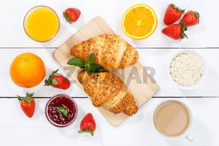 Croissant Frühstück Croissants Essen Saft Orangensaft Kaffee Holzbrett von oben