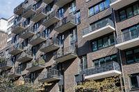 Modernes graues Mehrfamilienhaus mit vielen Balkonen