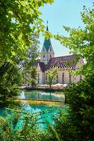 Die katholische Kirche Mariä Heimsuchung in Blaubeuren. Deutschland, Baden-Württemberg, Blautopf