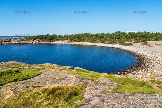 Landschaft mit Bucht auf der Insel Merdø in Norwegen