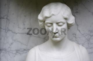 Weibliche Friedhofskulptur aus weißem Marmor  female cemetery sculpture made of white marble