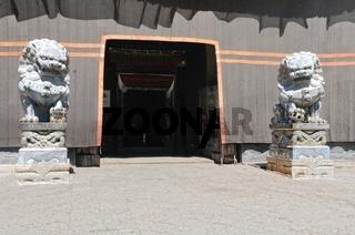 Eingang durch die Löwen im Kloster Sakya