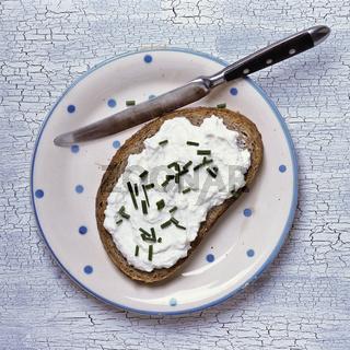 Brot mit Quark auf einem Teller