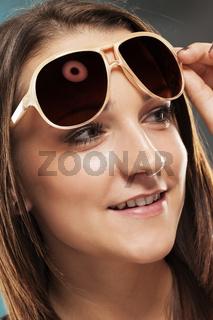 teenager mit sonnenbrille