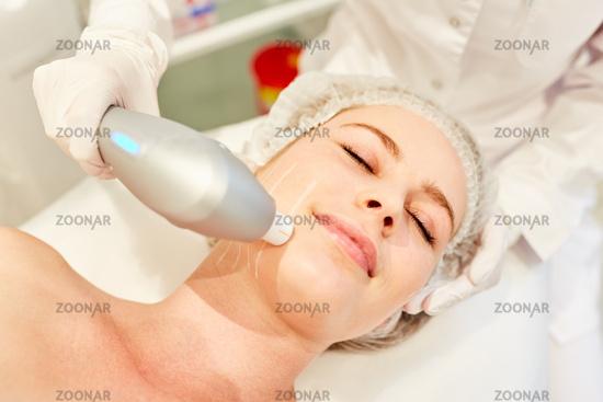 Frau bei Hautstraffung im Gesicht durch Ultraschall