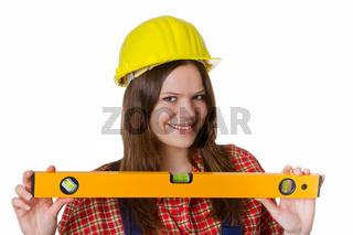 Handwerkerin mit Schutzhelm und Wasserwaage