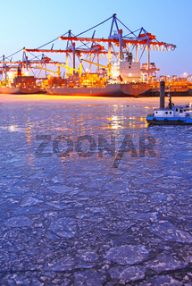 Winterabend mit Eis am Burchardkai Hamburg; winter evening with ice, Burchardkai Hamburg