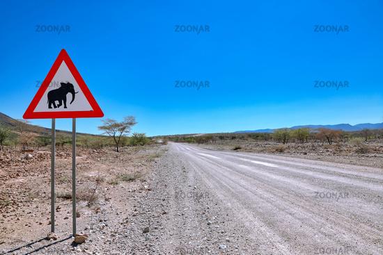 Straße und Schild im Kaokoveld Namibia   Driving through the Kaokoveld in Namibia