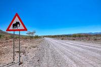 Straße und Schild im Kaokoveld Namibia | Driving through the Kaokoveld in Namibia