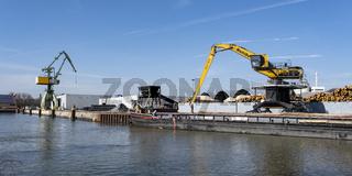 Kraene und Frachtschiff im Stadthafen am Datteln-Hamm-Kanal, Lunen, Ruhrgebiet, Nordrhein-Westfalen,
