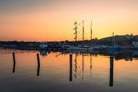 Segelschiff und Fischerboot im Hafen von Sassnitz auf der Insel Rügen am Abend