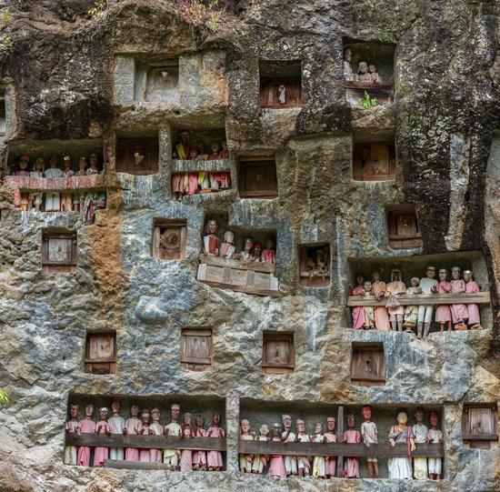 Die Felsengräber und Galerien der Tau-Tau von Lemo sind eine Hauptattraktion in Tana Toraja