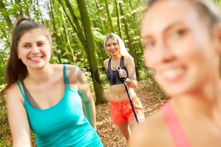 Freundinnen beim Nordic Walking in der Natur