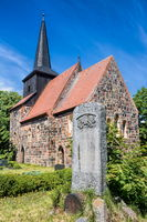 metzelthin, deutschland - 03.06.2020 - historische dorfkirche aus feldsteinen