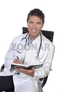 Männlicher Arzt sitzt im Stuhl