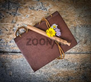 altes Tagebuch mit Blumen