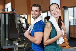 Junges Paar im Fitnesscenter