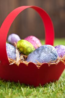 OsterSchokoladeneier im freien auf einer Streuwiese