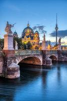 Der Dom, der Fernsehturm und die Schlossbrücke in Berlin