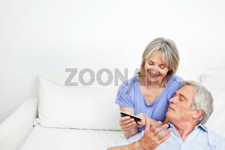 Seniorenpaar spielt gemeinsam mit Smartphone