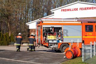 Feuerwehr Übungseinsatz am Einsatzfahrzeug