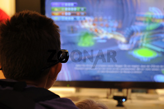 Besucher schaut 3D Fernsehen auf der Internationalen Funkausstellung in Berlin 2011, IFA, Berlin, Deutschland, Europa