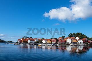 Blick auf das Dorf Furuholmen in Norwegen