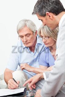 Senioren unterschreiben Vertrag