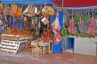 Fleischerstand und Souvenierstand im Souk nebeneinander, Fez, Marokko, Afrika