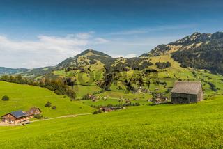Grüne, bergige Landschaft im Toggenburg, Kanton St. Gallen, Schweiz