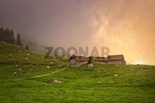 Hütten unterhalb des Säntis in der Schweiz bei romantischem Sonnenlicht