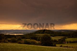 Blick in ein Tal nahe des Haldenhofes. Deutschland, Baden-Württemberg, Bodensee, Haldenhof, Abendstimmung, Tal, Sonnenuntergang